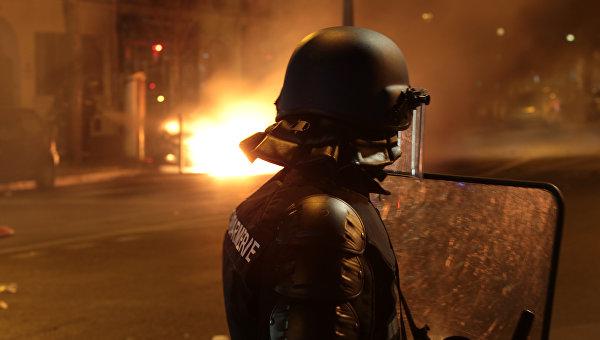 Полиция задержала около 30 человек во время беспорядков в Париже