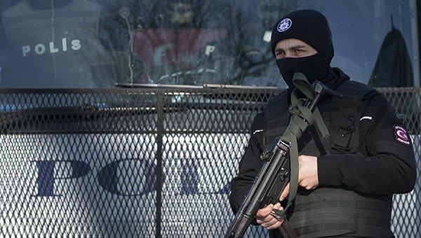В турецком Газиантепе у полицейского участка взорвалась машина