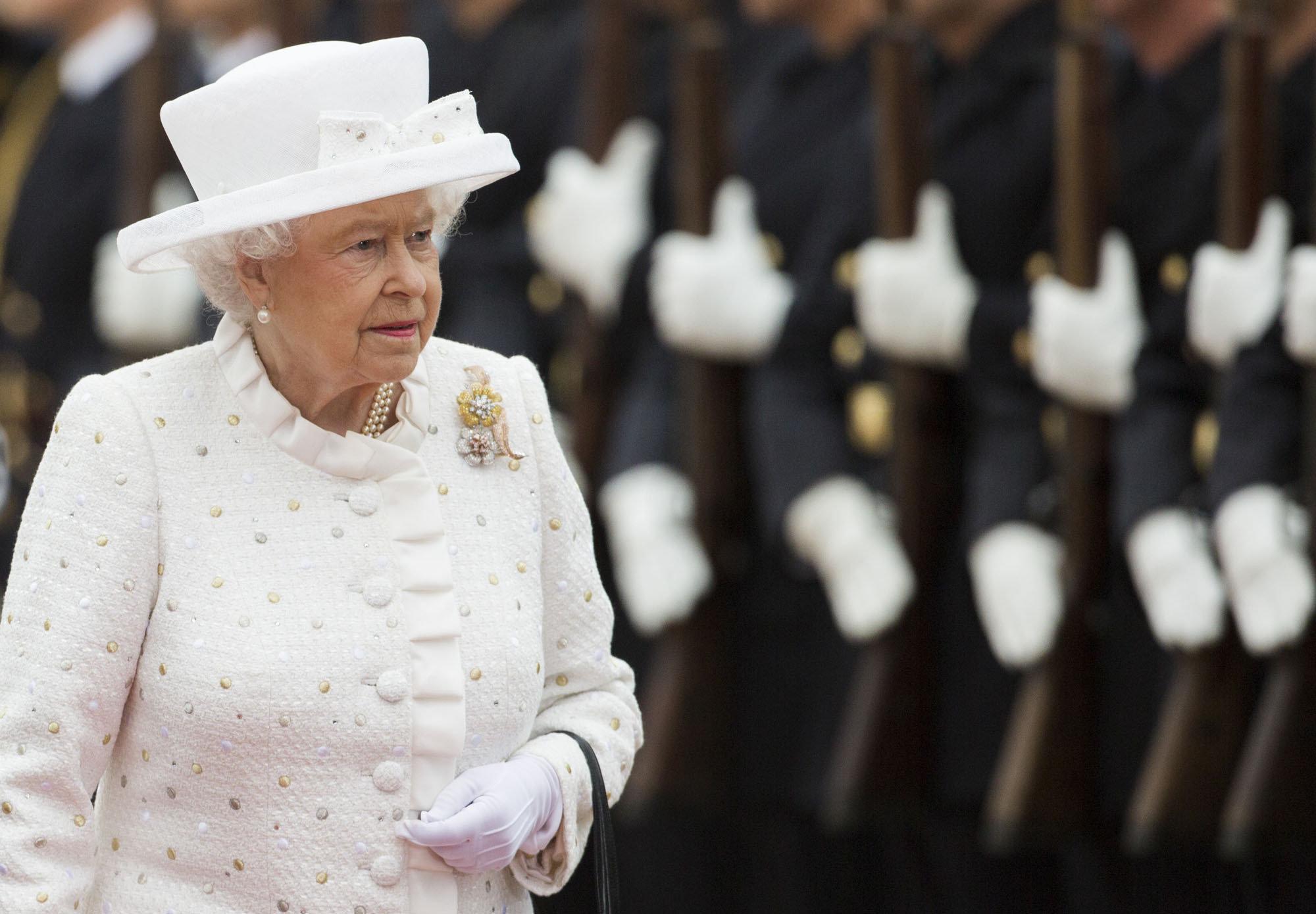 Взгляд Guardian на королеву в 90 лет: пора поговорить о переменах