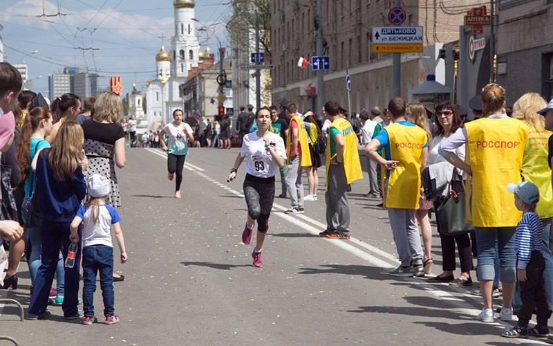 Поцентру Брянска влегкоатлетической эстафете пробежали 1,5 тысячи человек