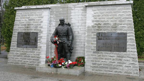 В Таллине российские дипломаты возложили цветы к