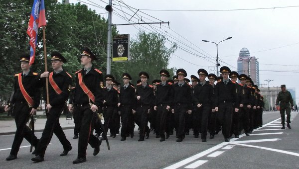 В Донецке на параде в День Победы присутствуют десятки тысяч человек