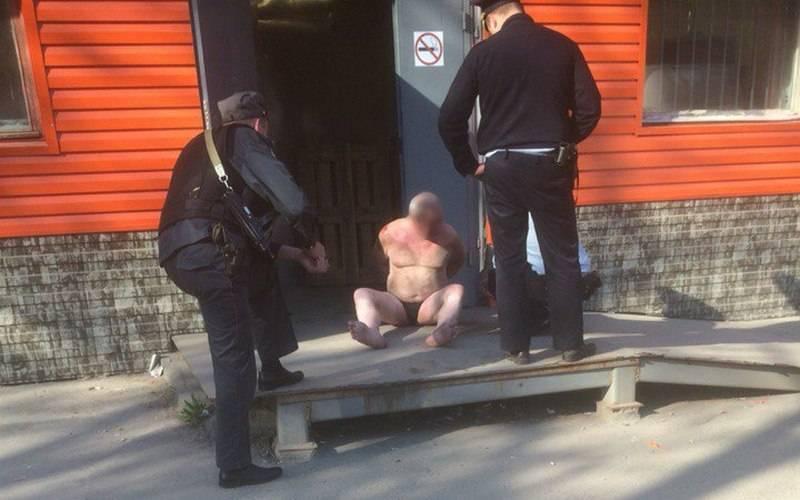 В Брянске мужчина безодежды разгромил магазин