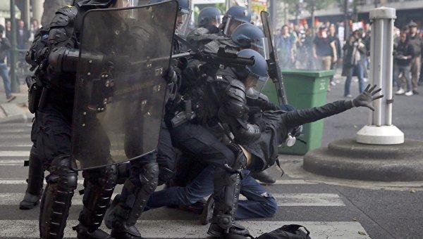Продюсера RT Ruptly ранили в голову во время акции протеста в Париже