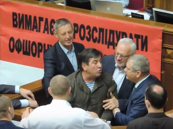 Украинские депутаты подрались в Раде из-за русского языка.