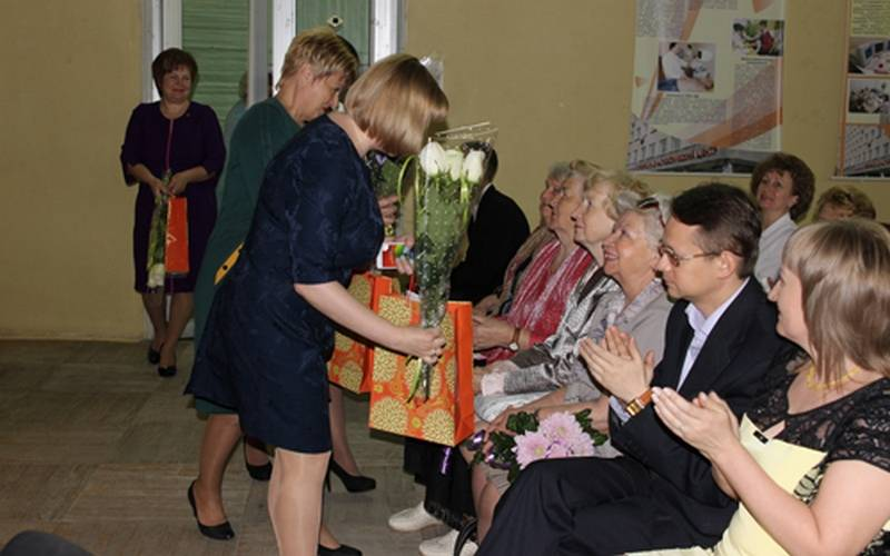 Брянским медсестрам вчесть их профессионального праздника вручили нагрудные знаки играмоты