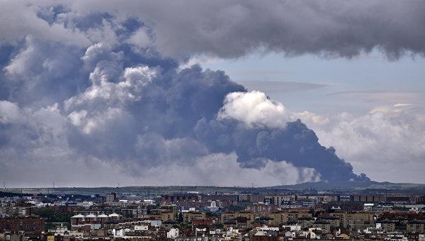 Эвакуированные из-за пожара на свалке под Мадридом возвращаются домой