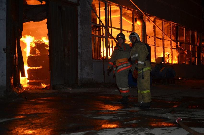 В Екатеринбурге локализовали сильнейший пожар на складе