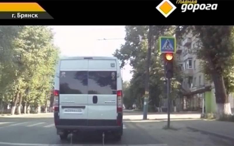 Проезд брянского маршрутчика накрасный свет показали наНТВ