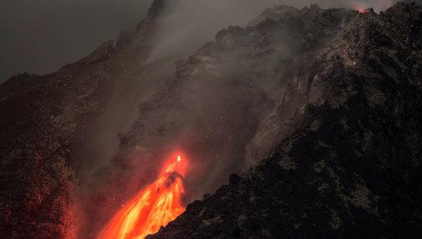 Число жертв извержения вулкана в Индонезии возросло до шести человек
