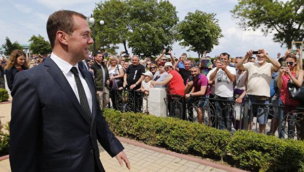 Медведев о реакции Киева на визит Крым: кто-то работает, кто-то протестует