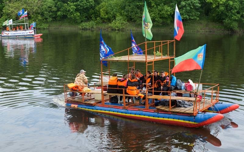 Участники фестиваля «Поволнам Ипути» отплыли изСуража надвух катамаранах