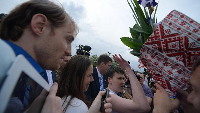 Савченко отказалась принять букет цветов от Тимошенко