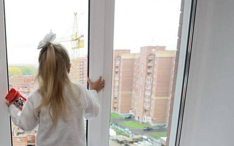 Семилетняя девочка выпала изокна четвертого этажа вгороде Дятьково