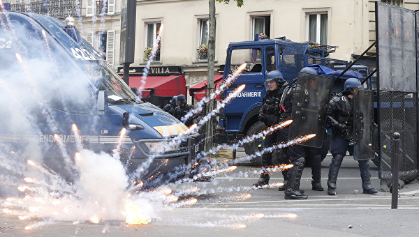 На съемочную группу RT в Париже напали проукраинские активисты