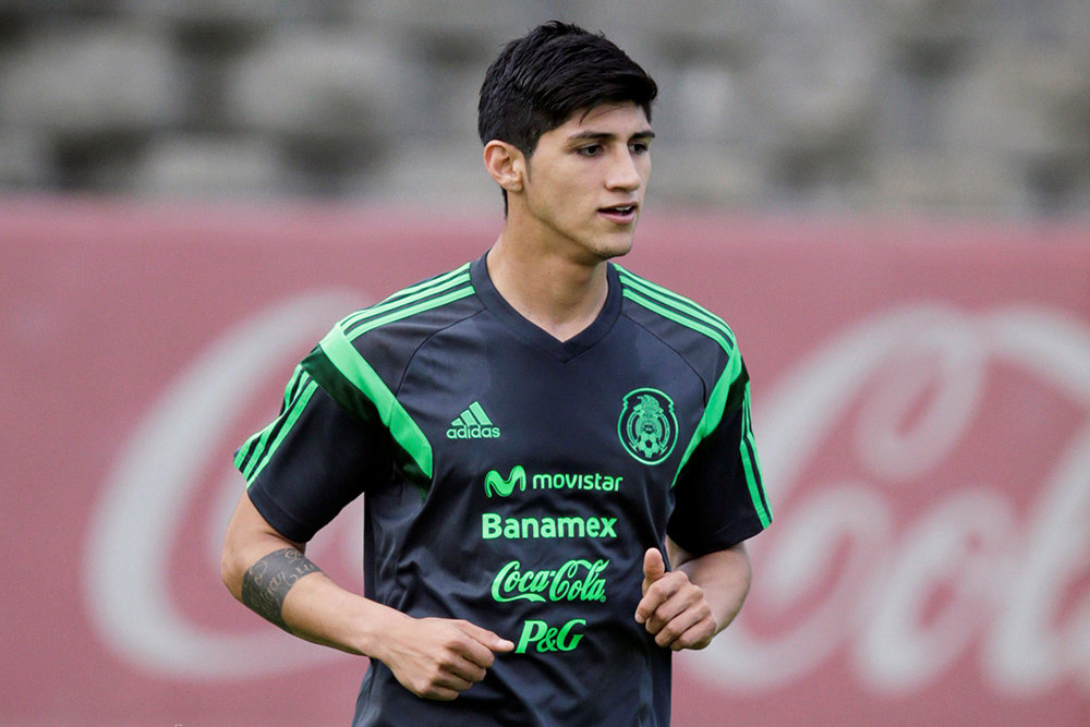 Нападающий сборной Мексики и