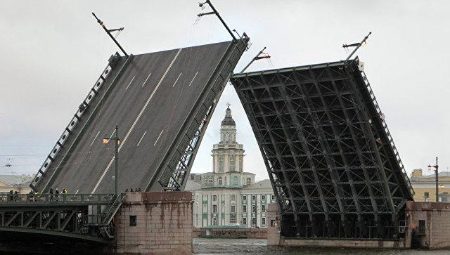 В Петербурге канатоходец прошел через разведенный Дворцовый мост