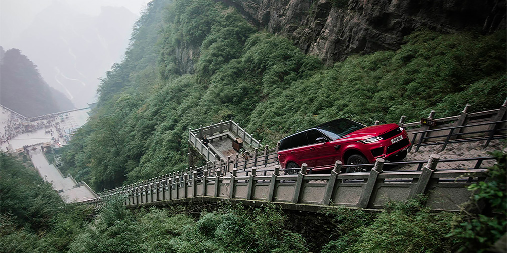 Видео: Range Rover преодолел 999 ступенек по пути в «Небесные врата»