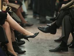 Специалисты по этикету советуют не надевать кроссовки с деловым костюмом
