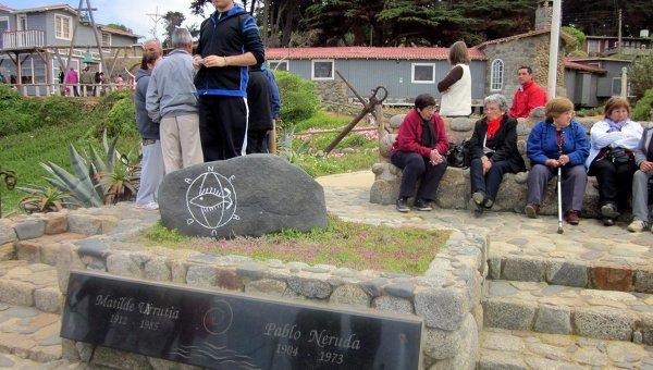 Останки поэта Пабло Неруды вновь захоронены, экспертиза продолжается