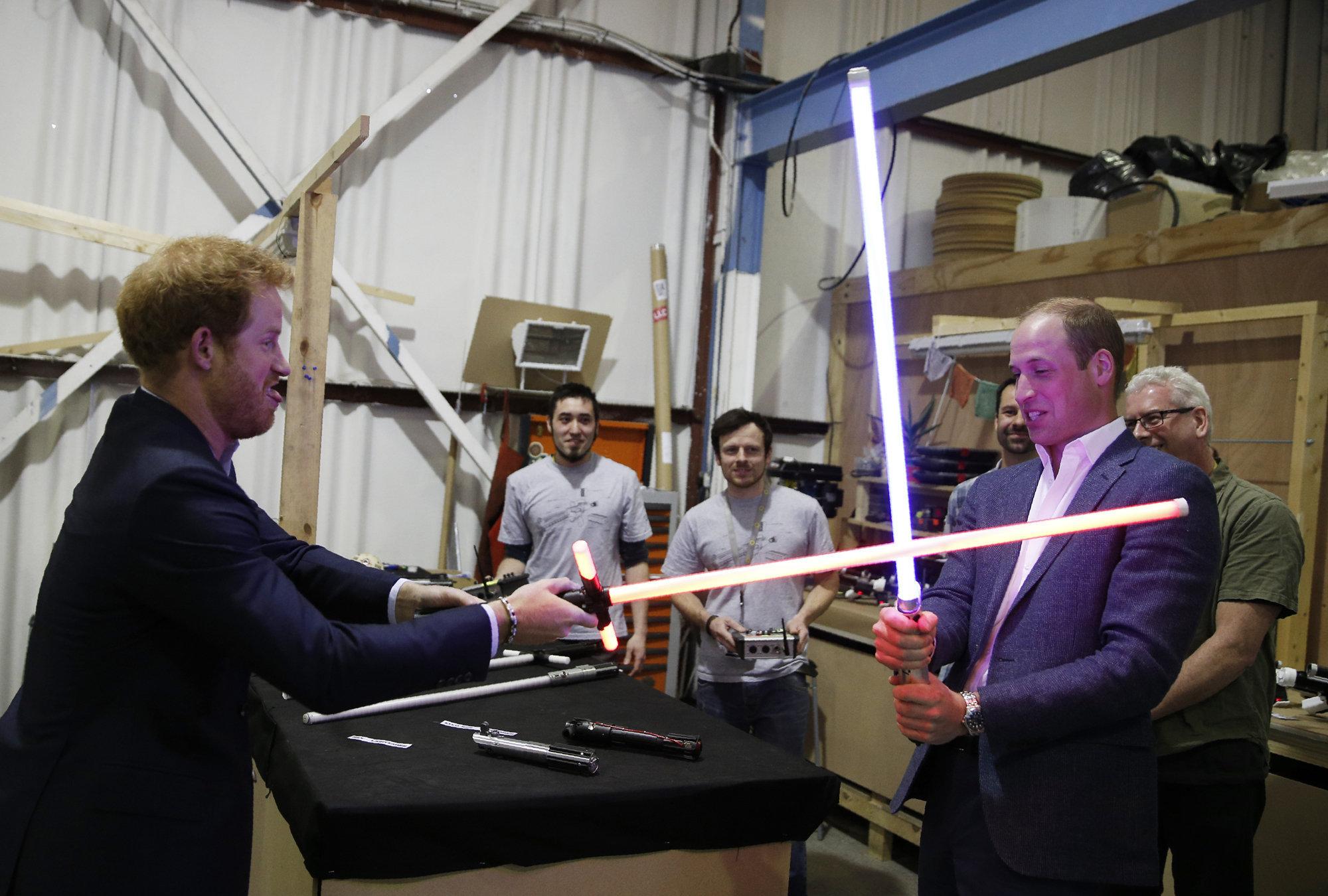 Принцы Уильям и Гарри посетили съемочную площадку «Звездных войн». Вам не завидно?