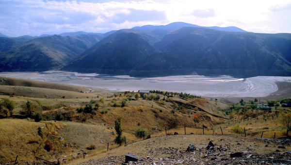 В результате схода оползня на перевале в Узбекистане пять человек погибли