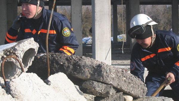 Спасатели эвакуируют жителей села в Киргизии из-за оползня