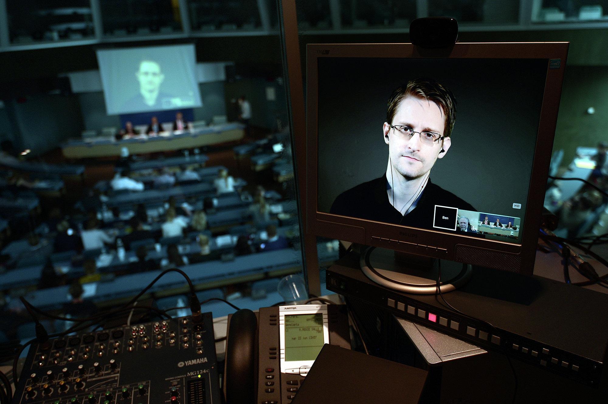 Сноуден: массовая слежка в интернете не действует