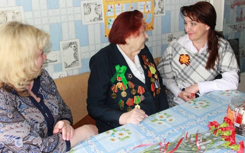 В Брянске сДнем Победы поздравили женщин-ветеранов