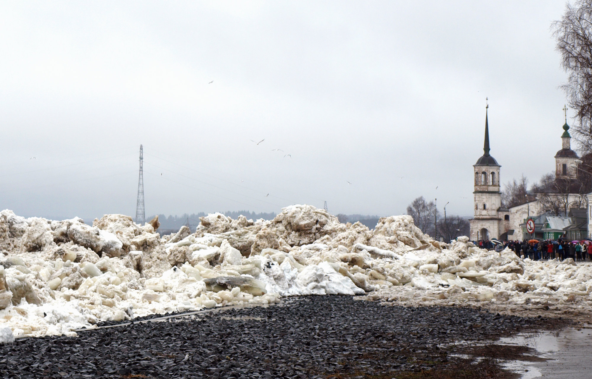 ВВС РФ вновь начали «бомбардировки», но на этот раз — для борьбы с ледовыми заторами