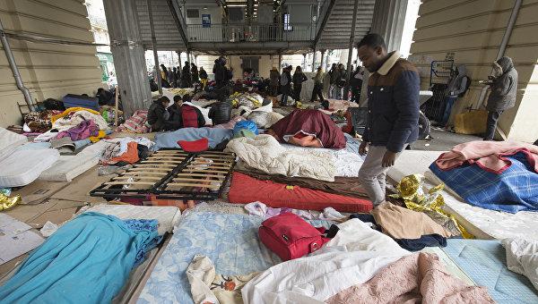 В Париже полиция проводит эвакуацию лагеря мигрантов