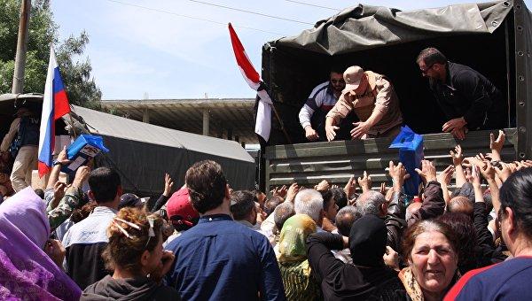 Российские военные доставили в Алеппо гумпомощь для русскоговорящих семей