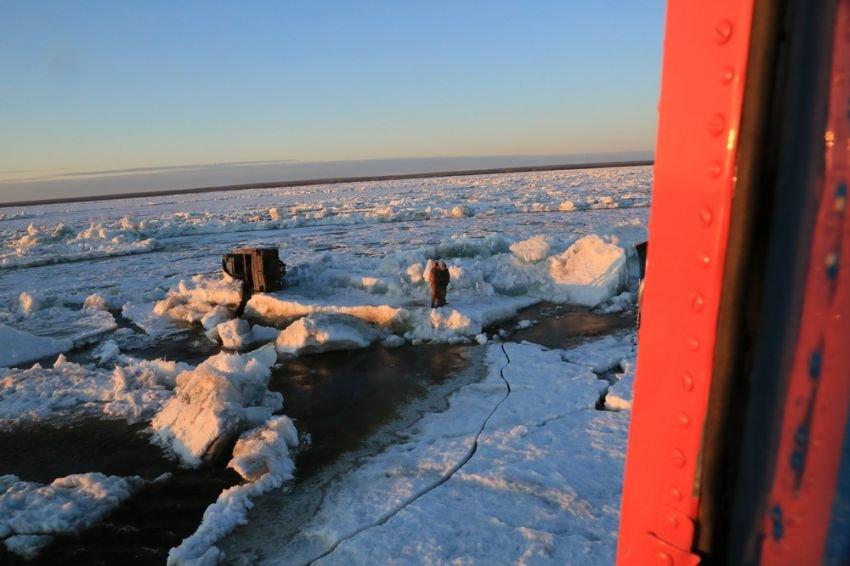 В Якутии спасли экипаж перевернувшегося во время ледохода катера