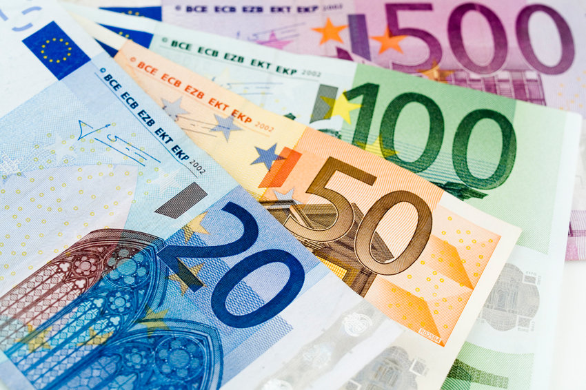 Центробанк России опустил курс евро до 73 рублей