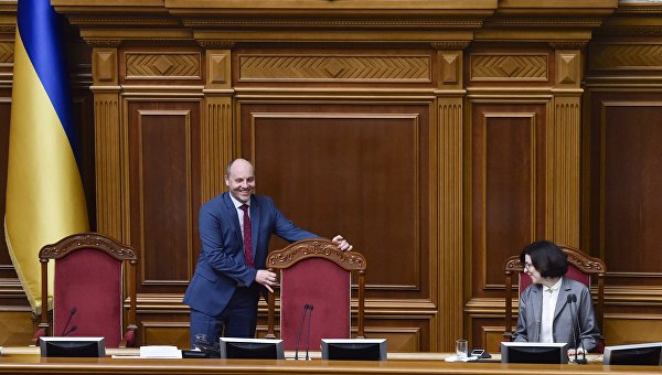 Парубий досрочно закрыл заседание Рады из-за отсутствия депутатов в зале