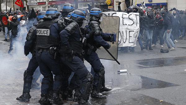 Протестуя против демонстрантов, полицейские Франции сами вышли на улицы
