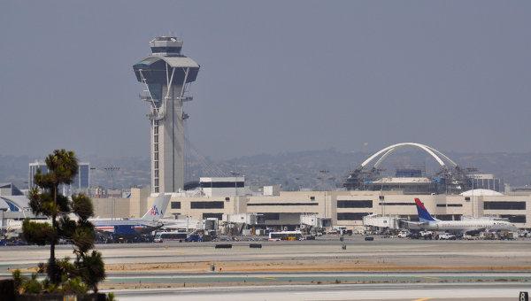 В аэропорту Лос-Анджелеса полицейский спецназ проверяет самолет