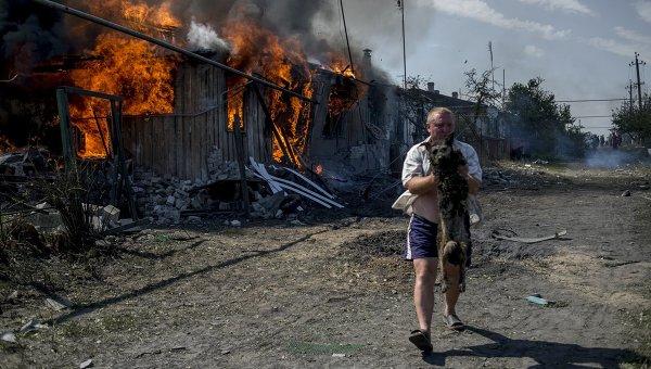 В ДНР в результате обстрела силовиков загорелся жилой дом