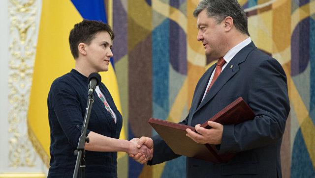 Порошенко присвоил Савченко звание Героя Украины и вручил ей орден