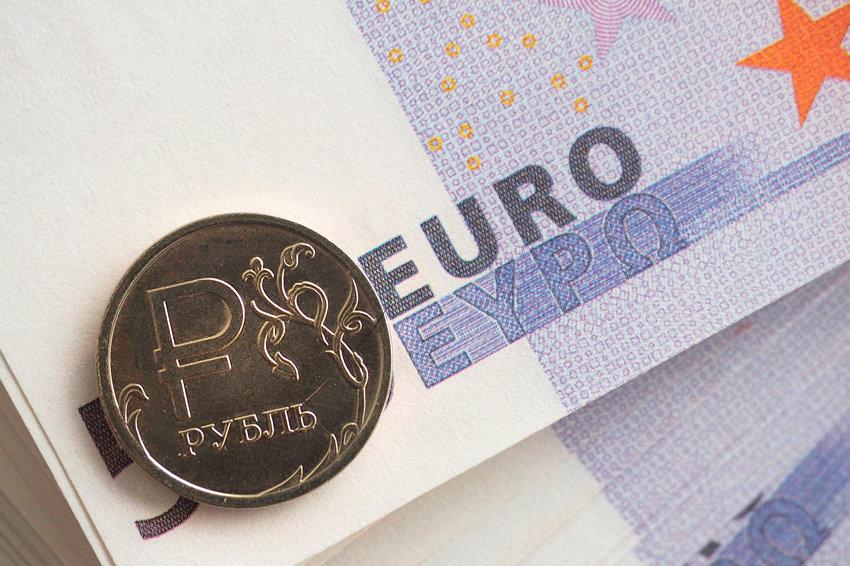 Центробанк опустил официальный курс евро почти на два рубля