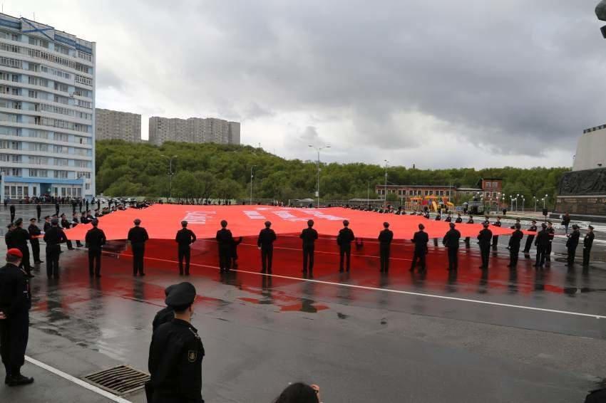 Североморску передали самую большую копию Знамени Победы
