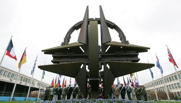 Символ НАТО переехал к зданию новой штаб-квартиры альянса в Брюсселе