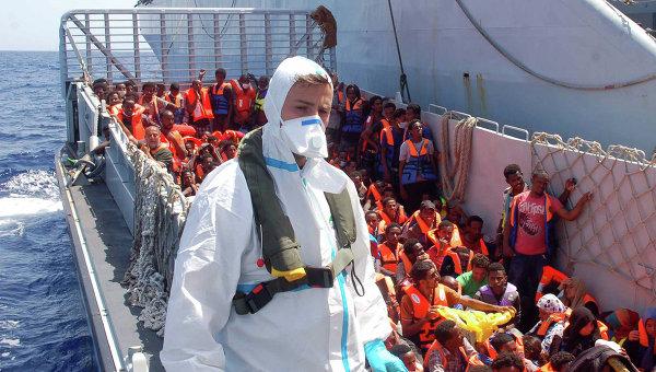 Корабли ВМС Италии спасли более 660 мигрантов в Средиземном море