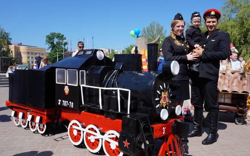 Смастерившая паровоз семья Курдынко победила наПараде колясок вБрянске