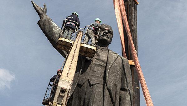 В Киеве и Одессе снесли памятники чекистам и Ленину