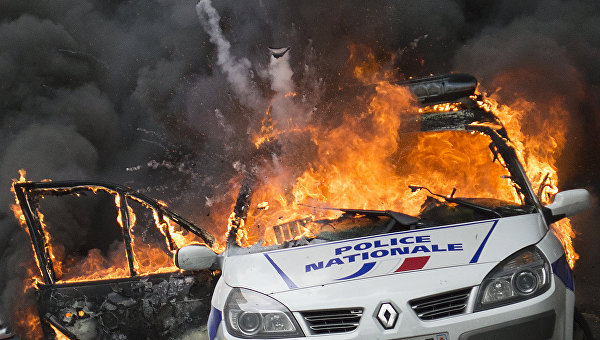 СМИ: в Париже американца обвинили в поджоге машины полиции при беспорядках
