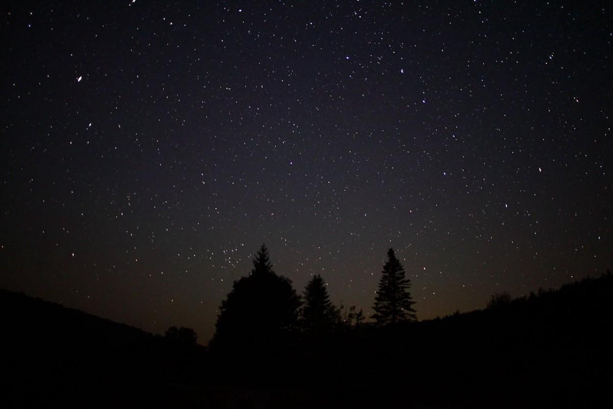 Почему космос такой темный, если во Вселенной миллиарды звезд?