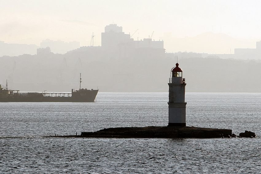 Двух человек с перевернувшейся лодки спасли близ Владивостока