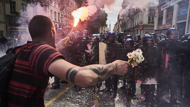 Во Франции протестующие закидали яйцами министра экономики