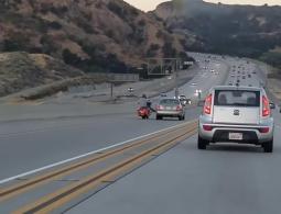 ВИДЕО: В США мотоциклист ударом ноги перевернул на крышу пикап